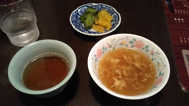 セルフのスープ、烏龍茶、漬物