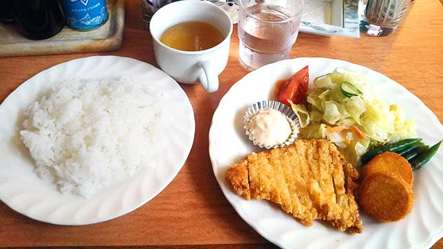 日替わり(若鶏のしょうゆ香揚げと貝柱のフライ サラダ、スープ付) ¥650