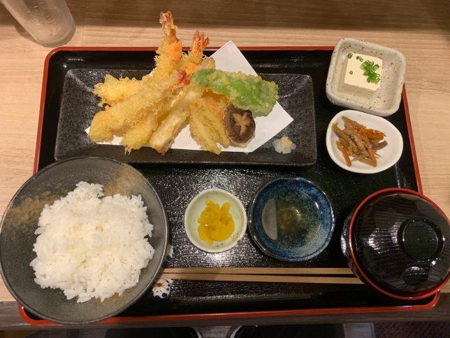天ぷら盛り合わせ+ごはんセット(上) ¥880