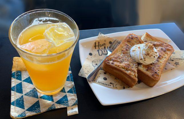 生クリームアーモンドトースト ¥450 、オレンジジュース ¥320