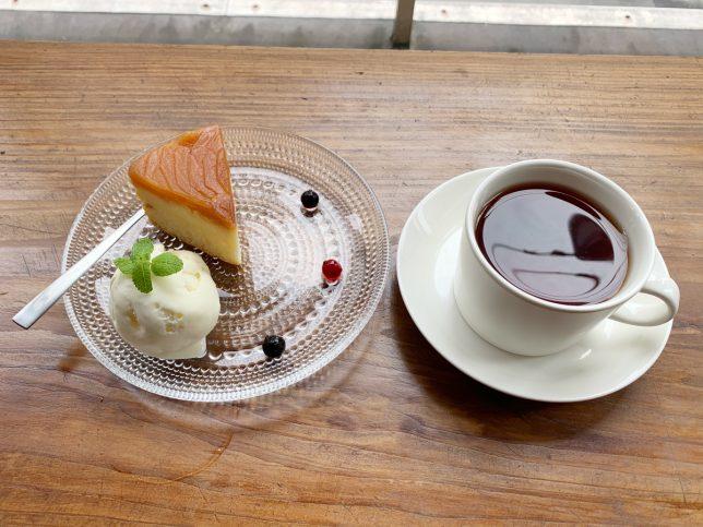 りんごのケーキとブラックトフィー ¥900
